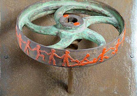 Der Reigen, Treibriemenrad aus Gußeisen, Siegellack, Stahlkonstruktion, Kugellager. 64,0 x 45,5 x 30,5 cm . Raddurchmesser 30,5 cm, 2003