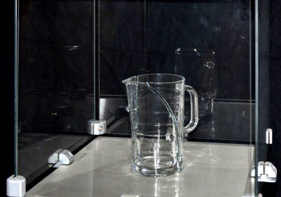 Entzweit, 2010, Glas und Aluminiumklammern, 41 x 44 x 44